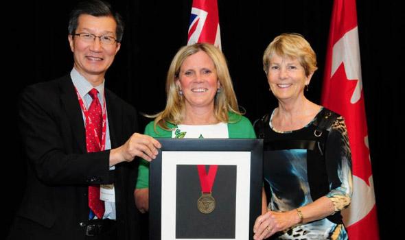 Lynn Kelman receives Syl Apps Award